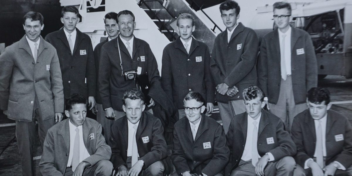 Landsholdet fra 1963 fotograferet i Dublins lufthavn. Niels sidder på hug i forreste række, nr. 2 fra venstre.